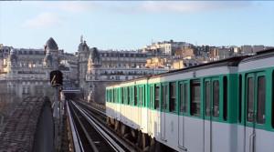 La séquence mythique du film a lieu sur le toit du célèbre métro parisien.