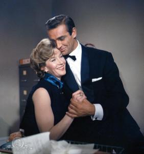 """L'immense Sean Connery en compagnie de la délicieuse Lois Maxwell pendant le tournage de """"Dr. No"""" (1962)"""