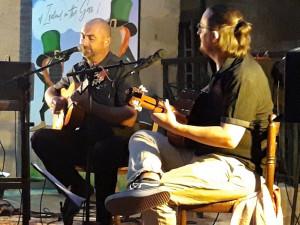 De gauche à droite : Pascal et Thomas rendent hommage à la belle et grande musique espagnole.